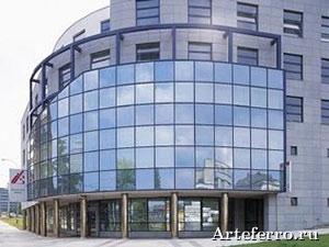 Сооружение из стекла и алюминия